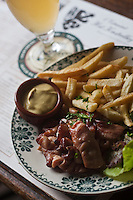 Europe/France/Nord-Pas-de-Calais/59/Nord/Cassel:  Estaminet T'Kastelhoof - Lard frit, moutarde et frites