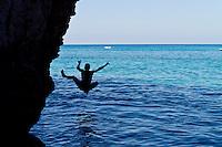 """Tropea A-Side - 2012. Tropea è un comune italiano di 6.680 abitanti della provincia di Vibo Valentia in Calabria, tra i più piccoli Comuni d'Italia. Tropea si divide in due parti: la parte superiore, la città, dove si trova la maggior parte degli abitanti: si presenta costruita su una roccia a picco sul mare ad un'altezza di circa 50 metri, dal livello del mare, nel punto più basso e di 61 metri nel punto più alto.; una parte inferiore chiamata """"La marina"""" che si trova a ridosso del mare e del porto di Tropea. La storia di Tropea inizia in epoca romana quando lungo la costa Sesto Pompeo sconfisse Cesare Ottaviano. A sud di Tropea i Romani avevano costruito un porto commerciale, vicino S.Domenica, a Formicoli (cioè corruzione di Foro di Ercole), di cui parlano Plinio e Strabone. La leggenda vuole che il fondatore sia stato Ercole che, di ritorno dalla Spagna (Colonne d'Ercole), si fermò sulla Costa degli Dei e secondo questa leggenda, Tropea divenne uno dei Porti di Ercole. Per la sua caratteristica posizione di terrazzo sul mare, Tropea ebbe un ruolo importante, sia in epoca romana sia sotto i Normanni e gli Aragonesi. Di notevole interesse il centro storico, con i palazzi nobiliari del '700 e dell''800 arroccati sulla rupe a strapiombo con la spiaggia sottostante. Interessanti sono i """"portali"""" dei palazzi che rappresentavano le famiglie nobiliari. I negozi di Tropea vendono prodotti tipici e artigianali dei comuni limitrofi, tra cui la cipolla rossa, la nduja di Spilinga, il formaggio Pecorino del Poro, l'olio extravergine d'oliva e vini. Di notevole importanza anche l'artigianato locale, come i manufatti in terracotta. Tropea è dotata di un porto turistico di recente costruzione, da dove è possibile raggiungere le vicine Isole Eolie in particolare il vulcano Stromboli, quasi sempre visibile dalla costa calabrese tirrenica meridionale. (fonte Wikipedia)"""