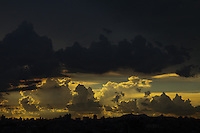GUARULHOS, SP, 23-01-2014 - CLIMA - TEMPO -  Céu encoberto de nuvens carregadas na cidade de Guarulhos, grande São Paulo, no fim da tarde desta quinta-feira, 23 (Foto: Geovani Velasquez / Brazil Photo Press)