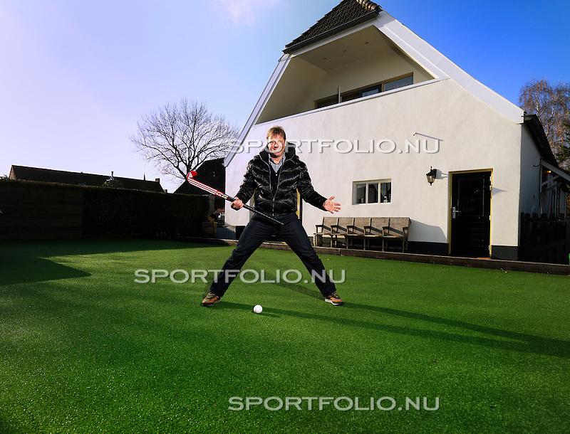Nederland, Haarsteeg, 13 november 2008  .Marc Lammers, oud bondscoach van het dameshockeyteam, staat met een stick in zijn hand op het kunstgrasveld in zijn achtertuin van zijn huis.
