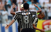 Santos SP, 19 maio 2013 - SANTOS X CORINTHIANS  Danilo comemora com Paulinho  durante partida da final do campeonato paulista de 2013  no Estadio da Vila Belmiro em Santos, Litoral de  de Sao Paulo, neste domingo , 19. (FOTO: ALAN MORICI / BRAZIL PHOTO PRESS).