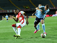 BOGOTA - COLOMBIA - 03-10-2015: Luis Quiñonez (Izq.) jugador de Independiente Santa Fe disputa el balón con Gustavo Cuellar (Der.) jugador de Atletico Junior, durante partido por la fecha 15 entre Independiente Santa Fe y Atletico Junior, de la Liga Aguila II-2015, en el estadio Nemesio Camacho El Campin de la ciudad de Bogota. / Luis Quiñonez (L) player of Independiente Santa Fe struggles for the ball with Gustavo Cuellar (R) player of Atletico Junior, during a match of the 15 date between Independiente Santa Fe and Atletico Junior, for the Liga Aguila II -2015 at the Nemesio Camacho El Campin Stadium in Bogota city, Photo: VizzorImage / Luis Ramirez / Staff.
