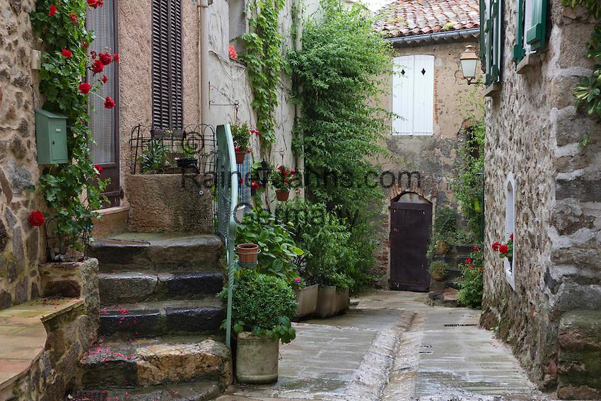 France, Provence-Alpes-Côte d'Azur, Grimaud: street scene | Frankreich, Provence-Alpes-Côte d'Azur, Grimaud: Altstadtgasse