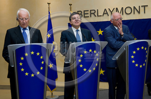 Brussels-Belgium - September 18, 2009 -- Edmund STOIBER (le), Chair of the High-Level Group of Independent Stakeholders on Administrative Burdens, presents his second report; here, during a pressconference at the EC-Headquarters with the President of the European Commission, José (Jose) Manuel BARROSO (ce), and its Vice-President Günter (Guenter, Gunter) VERHEUGEN (ri) -- Photo: Horst Wagner / eup-images