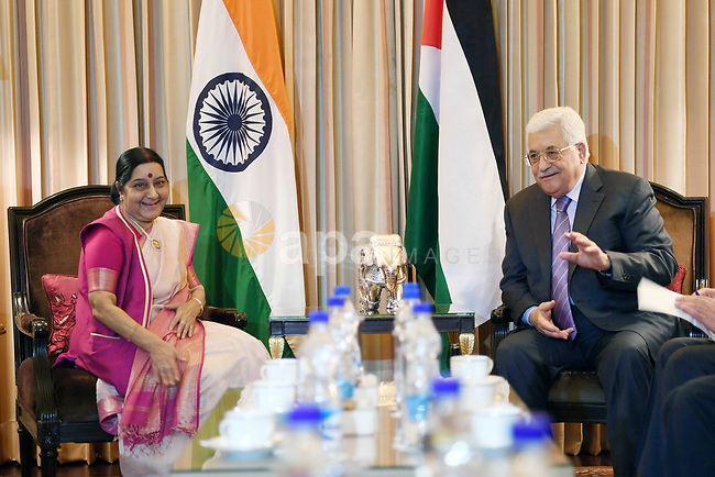 Palestinian President Mahmoud Abbas meets with Indian Indian Minister of External Affairs Sushma Swaraj in New Delhi on May 16, 2107. Palestinian President Mahmoud Abbas is on a four-day state visit to India until May 17. Photo by Thaer Ganaim