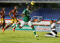 CALI - COLOMBIA -10-04-2014: Carlos Rivas (Izq.) jugador de Deportivo Cali disputan el balón con Janer Serpa (Der.) jugador de Deportes Tolima durante  partido Deportivo Cali y Deportes Tolima por la fecha 16 de la Liga Postobon I 2014 en el estadio Pascual Guerrero de la ciudad de Cali. / Carlos Rivas (L) player of Deportivo Cali fights for the ball with Janer Serpa (R) player of Deportes Tolima during a match between Deportivo Cali and Deportes Tolima for the date 16th of the Liga Postobon I 2014 at the Pascual Guerrero stadium in Cali city. Photo: VizzorImage / Juan C Quintero / Str.