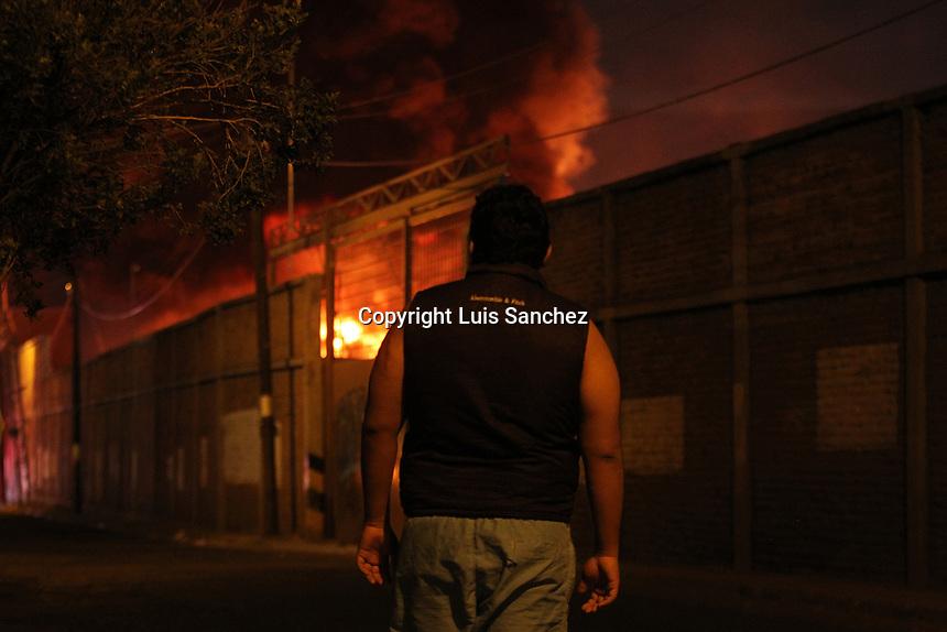 Querétaro, 12 de abril de 2017.- Incendió en una bodega en la patrte posterior de la Plaza Latitud, misma que está próxima por inaugurarse. Al lugar acudieron elementos del H. Cuerpo de Bomberos así como de Protección Civil, no reportan hasta el momento heridos.