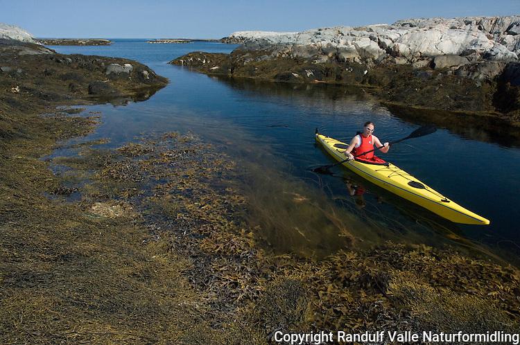 Dame padler kajakk i skjærgården i Flatanger ---- Girl kayaking on the Norwegian coast