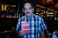 """SÃO PAULO-SP-04,11,2014-ACHADOS & ROUBADAS-Roberto Rivelino(à direita-ex /jogador);Théo (neto-ao centro) O Publicitário Washington Olivetto,63 durante lançamento do livro: """"Achados e Roubadas - Experiências gastronômicas de Washington Olivetto ao redor do mundo"""".Local:Bar Astor;Vila Madalena,região oeste da cidade de São Paulo,na noite dessa terça-feira,04(Foto:Kevin David/Brazil Photo Press)"""