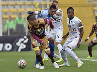BOGOTÁ -COLOMBIA, 23-08-2015. Matheus Uribe (Izq) del Deportes Tolima disputa el balón con Alejandro Otero (C) arquero y Larry Vasquez (Der) de Patriotas FC durante partido por la fecha 8 de la Liga Águila II 2015 jugado en el estadio Metropolitano de Techo en Bogotá./ Matheus Uribe (L) player of Deportes Tolima struggles for the ball with Alejandro Otero (C) goalkeeper and Larry Vasquez (R) player of Patriotas FC during match for the 8th date of the Aguila League II 2015 played at Metropolitano de Techo stadium in Bogota city. Photo: VizzorImage/ Gabriel Aponte / Staff