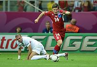FUSSBALL  EUROPAMEISTERSCHAFT 2012   VIERTELFINALE Tschechien - Portugal              21.06.2012 Pepe (li, Portugal) gegen Vaclav Pilar (re, Tschechische Republik)
