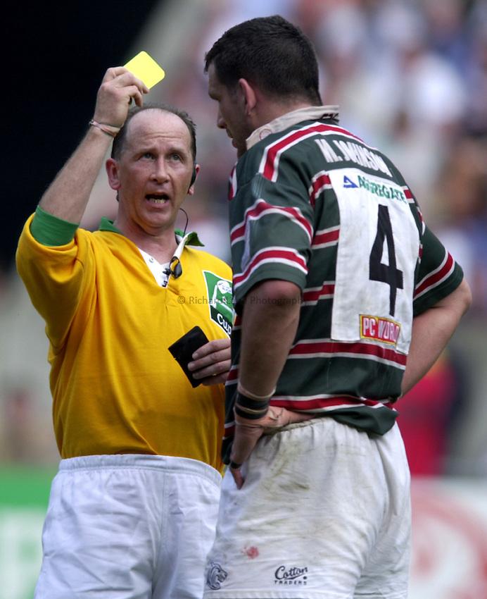 Photo. Richard Lane..Stade Francais v Leicester Tigers. ERC Heineken Cup Final at Parc des Princes, Paris. 19/05/2001..David McHugh send Martin Johnson to the sn bin on a yellow card.