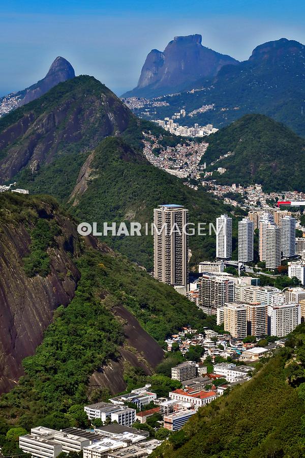 Predios e montanhas, bairro Botafogo, Rio de Janeiro. 2019. Foto © Juca Martins.