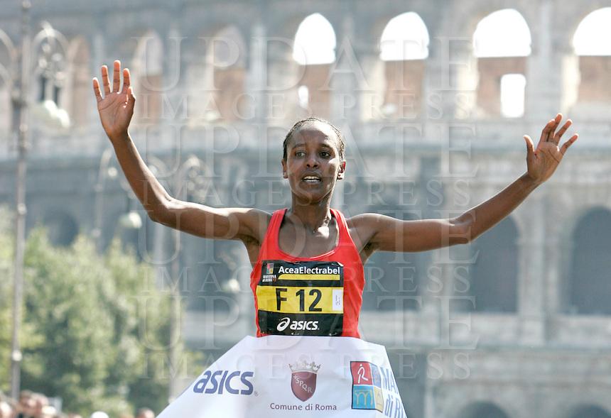 L'etiope Firehiwot Dado taglia il traguardo della Maratona di Roma, al Colosseo, 22 marzo 2009..Firehiwot Dado of Ethiopia crosses the finishing line of the Rome's Marathon, 22 march 2009 at the Colosseum..UPDATE IMAGES PRESS/Riccardo De Luca