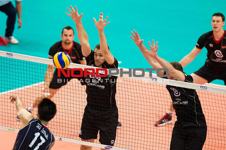 07.09.2014, Spodek, Kattowitz<br /> Volleyball, FIVB Volleyball Men`s World Championship 2014, Deutschland (GER) vs. Korea (KOR)<br /> <br /> Angriff Jae-Duck Seo (#17 KOR) - Block / Doppelblock Tim Broshog (#15 GER), Denis Kaliberda (#6 GER)<br /> <br />   Foto &copy; nordphoto / Kurth