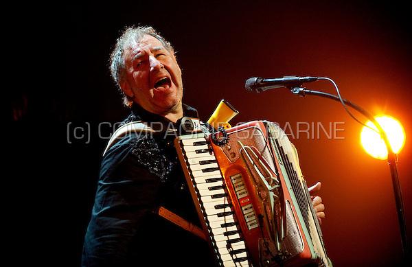 """Flemish folk and cabaret band De Nieuwe Snaar in concert with their new tour """"Foor 11"""" in CC De Borre, Bierbeek (Belgium, 22/01/2010)"""