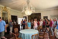 Museumsführerin Andrea Rohrmann (M., rosa) zeigt der Gruppe der Leser-Radtour den großen Hirschgang des Jagdschloss Kranichstein