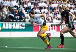 AMSTELVEEN - Hockey - Hoofdklasse competitie dames. AMSTERDAM-DEN BOSCH (3-1) Frederique Matla (Den Bosch)   met rechts Jacky Schoenaker (A'dam)   COPYRIGHT KOEN SUYK