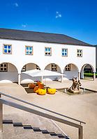 Germany, Bavaria, Lower Franconia, Schweinfurt: Kunsthalle Schweinfurt (art gallery) with Rossbaendiger Fountain | Deutschland, Bayern, Unterfranken, Schweinfurt: moderne und zeitgenoessische Kunst wird in der Kunsthalle Schweinfurt ausgestellt, Rossbaendiger-Brunnen