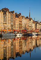 Frankreich, Normandie, Département Calvados, Honfleur: Hafenstadt mit dem Alten Hafen (Vieux Bassin) und dem Saint Catherine Quay | France, Normandy, Département Calvados, Honfleur: The Old Port (Vieux Bassin) with Saint Catherine Quay