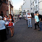 "Brighton, Great Britain, July 2010:.Guests in front of The Druids Head, women on the left are having so called ""Hens party"".(Photo by Piotr Malecki / Napo Images)..Brighton, Wielka Brytania, Lipiec 2010:.Przed pubem The Druids Head, kobiety podczas tzw ""imprezy kur"", angielskiej odmiany wieczoru panienskiego.. Fot: Piotr Malecki / Napo Images"