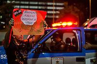 RIO DE JANEIRO, RJ, 30.05.2014 - PROTESTO CONTRA A COPA - Manifestação Contra a Copa se une a manifestação dos prefessores estaduais e municipais do Rio de Janeiro na regiao central do Rio de Janeiro, na noite desta sexta-feira, 30. (Foto: Tércio Teixeira / Brazil Photo Press).