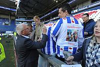 VOETBAL: HEERENVEEN: 01-05-2016, Abe Lenstra Stadion, SC Heerenveen - FC Groningen, uitslag 1-2, Foppe de Haan, Stef Dijkstra kijkt toe dat zijn vrouw een handtekening krijgt op een speciaal shirt, ©foto Martin de Jong