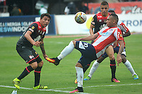 BARRANQUILLA- COLOMBIA -17-07-2016: Jarlan Barrera (Der.) jugador de Atletico Junior disputa el balón con Sebastian Salazar (Izq.) jugador de Independiente Santa Fe,  durante partido entre Atletico Junior e Independiente Santa Fe, por la fecha 4 de la Liga Aguila II-2016, jugado en el estadio Metropolitano Roberto Melendez de la ciudad de Barranquilla. / Jarlan Barrera (R) player of Atletico Junior vies for the ball with Sebastian Salazar (L) player of Independiente Santa Fe, during a match between Atletico Junior and Independiente Santa Fe, for the date 4 of the Liga Aguila II-2016 at the Metropolitano Roberto Melendez Stadium in Barranquilla city, Photo: VizzorImage  / Alfonso Cervantes / Cont.