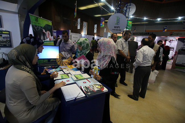 "Palestinians participate in an Palestine's Technology Week ""Expotech"" in Gaza city on Oct. 09, 2012. Photo by Majdi Fathi"