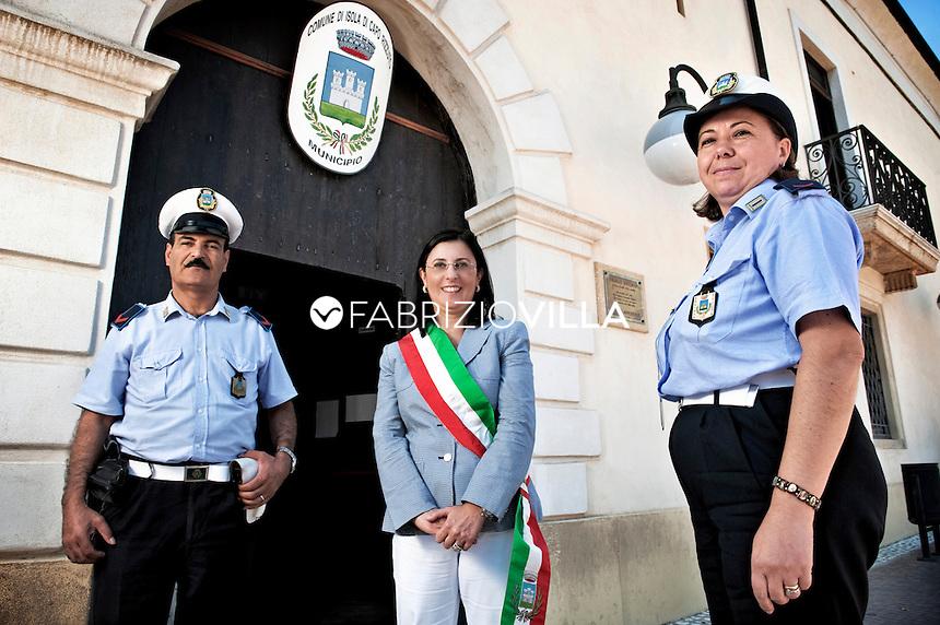 Carolina Girasole, sindaco di Isola Capo Rizzuto, provincia di Crotone, davanti il Municipio con la scorta dei vigili urbani.