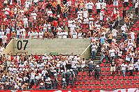 SAO PAULO, SP, 13.10.2013 - CAMP. BRASILEIRO 2013 - SAO PAULO X CORINTHIANS  - Torcedores do Sao Paulo entram em confronto com Policiais Militares durante partida contra o Corinthians jogo valido pelo Campeonato Brasileiro no Estadio Cicero Pompeu de Toledo (Morumbi), neste domingo, 13. (Foto: William Volcov / Brazil Photo Press).