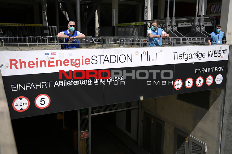 nph00351:  Ordnungskraefte mit Mundschutz,Masken im leeren Stadion.<br /> Sport: Fussball: 1. Bundesliga: Saison 19/20: 26.Spieltag: 1.FC KOELN-FSV MAINZ 05,17.05.2020.<br />  <br /> Nur für journalistische Zwecke! Only for editorial use!<br /> Gemäß den Vorgaben der DFL Deutsche Fußball Liga ist es untersagt, in dem Stadion und/oder vom Spiel angefertigte Fotoaufnahmen in Form von Sequenzbildern und/oder videoähnlichen Fotostrecken zu verwerten bzw. verwerten zu lassen. DFL regulations prohibit any use of photographs as image sequences and/or quasi-video.<br /> <br /> <br />  <br /> Foto: Anke Waelischmiller/SVEN SIMON/POOL/via Meuter/nordphoto