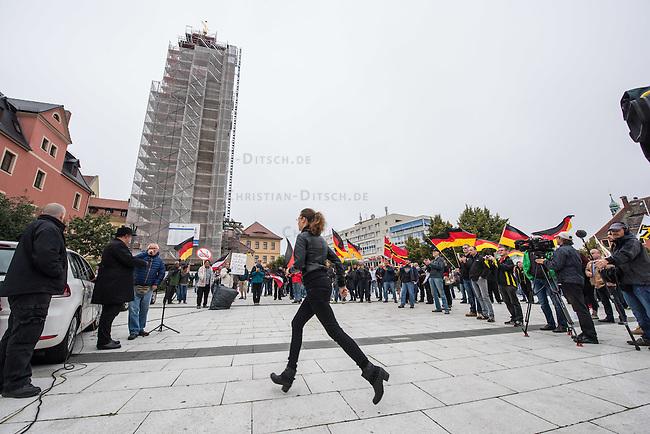 """Rechte demonstrieren in Bautzen gegen Fluechtlinge.<br /> Am Sonntag den 18. September 2016 versammelten sich im saechsischen Bautzen ca. 120 Rechte zu einem Kundgebung mit anschliessender Demonstration um gegen Fluechtlinge zu demonstrieren. Sie riefen Parolen gegen Fluechtlinge und gegen Angela Merkel und beschimpften Medienvertreter als """"Volksverraeter"""".<br /> Nach Aussagen von Anwohnern waren nur etwa 15 Teilnehmer aus Bautzen. Bautzener Rechtsextreme hatten zuvor aufgerufen, sich vorerst nicht an Demonstrationen zu beteiligen, bis ein von ihnen an die Stadtverwaltung gestelltes Ultimatum, zu Loesung der Fluechtlingsfrage verstrichen ist.<br /> Im Bild: Ester Seitz aus Bayern, Anmelderin der Veranstaltung. <br /> 18.9.2016, Bautzen/Sachsen<br /> Copyright: Christian-Ditsch.de<br /> [Inhaltsveraendernde Manipulation des Fotos nur nach ausdruecklicher Genehmigung des Fotografen. Vereinbarungen ueber Abtretung von Persoenlichkeitsrechten/Model Release der abgebildeten Person/Personen liegen nicht vor. NO MODEL RELEASE! Nur fuer Redaktionelle Zwecke. Don't publish without copyright Christian-Ditsch.de, Veroeffentlichung nur mit Fotografennennung, sowie gegen Honorar, MwSt. und Beleg. Konto: I N G - D i B a, IBAN DE58500105175400192269, BIC INGDDEFFXXX, Kontakt: post@christian-ditsch.de<br /> Bei der Bearbeitung der Dateiinformationen darf die Urheberkennzeichnung in den EXIF- und  IPTC-Daten nicht entfernt werden, diese sind in digitalen Medien nach §95c UrhG rechtlich geschuetzt. Der Urhebervermerk wird gemaess §13 UrhG verlangt.]"""
