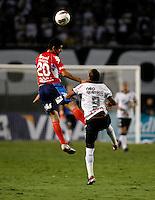 SÃO PAULO, SP, 07 DE MARÇO DE 2012 - TAÇA LIBERTADORES DA AMÉRICA - CORINTHIANS x NACIONAL (PAR) - Liedson (D) jogador do Corinthians durante disputa de bola com Caniza jogador do Nacional (PAR)  pela 2ª rodada do grupo 6 da Taça Libertadores da América, no Estadio Paulo Machado de Carvalho (PACAEMBU) na noite desta quarta, 07. FOTO: WILLIAM VOLCOV - BRAZIL PHOTO PRESS