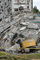 """MEDELLÍN - COLOMBIA, 15-10-2013. Aspecto de las labores de rescate en el conjunto Space en Medellín.  La Alcaldía y las autoridades de la ciudad de Medellín, conjuntamente con los ingenieros de Lérida CDO SA alertaron que la Torre 5 del edificio residencial Space, contigua a la Torre 6, que se desplomó el sábado por la noche, presenta """"riesgo inminente de colapso"""". Según la Alcaldía de Medellín, un comité técnico encargado de hacer la evaluación del estado de la unidad residencial Space en el acomodado barrio El Poblado analizó este lunes la situación y concluyó que la Torre 5 puede derrumbarse en cualquier momento porque tiene fracturas en dos columnas. / Aspecto of the rescue works on the Space building in Medellin. The Mayor and the authorities of the city of Medellin, in conjunction with engineers from Lérida CDO SA warned that the tower 5 Space residential building, adjacent to the Tower 6, which collapsed on Saturday night, presents """"imminent risk of collapse """". According to the Mayor of Medellin, a technical committee to assessing the state of the housing units in the affluent Space Poblado Monday analyzed the situation and concluded that the Tower 5 may collapse at any moment because it has broken in two columns Photo: VizzorImage/Luis Rios/STR"""