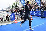06.07.2019,  Innenstadt, Hamburg, GER, Hamburg Wasser World Triathlon, Elite Frauen, im Bild die Triathletinnen beim Ausstieg aus dem Wasser am Rathaus Foto © nordphoto / Witke *** Local Caption ***