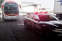 Querétaro, Qro. 30 de diciembre de 2017.- Tres delincuentes armados intentan robar un autobús de pasajeros en la carretera de cuota a Celaya, hieren al operador del camión quien  fue trasladado al hospital, no hubo detenidos. El hecho se registró a la altura del puente de prolongación Zaragoza y la autopista a Celaya.