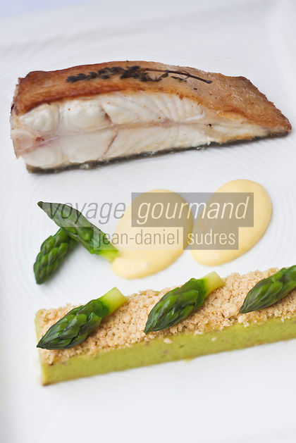Europe/France/Bretagne/29/Finistère/Brest:   Tronçons de turbot de petit bateau, rôti au thym, crumble d'asperges sauce hollandaise, recette de Yvon Morvan restaurant: L'Armen