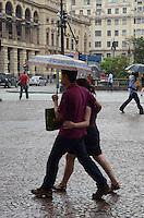 SÃO PAULO, SP, 05 DE JANEIRO DE 2012 - CLIMA TEMPO - Chuva surpreende paulistano na tarde desta quinta-feira, 05, na região central da cidade FOTO: ALEXANDRE MOREIRA - NEWS FREE.