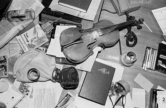 LETTLAND, 21.08.91.Riga.Während des Anti-Gorbatschow-Putsches versuchen sowjetische Truppen, die Kontrolle über Riga zu erhalten, mit dem Scheitern des Putsches gewinnt Lettland endgültig seine Unabhängigkeit. - Chaos und Zerstoerung herrschen in der soeben von sowjetischen Fallschirmjägern geräumten Rundfunkzentrale. | During the anti-Gorbachev-coup Soviet troops try to obtain control of Riga. With the failure of the coup Latvia finally regains its independence. - Chaos and destruction rule the radio central which just has been left by the occupying Soviet paratroopers..© Martin Fejer/EST&OST