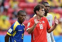 FUSSBALL WM 2014  VORRUNDE    Gruppe D     Schweiz - Ecuador                      15.06.2014 Carlos Gruezo (li, Equador) und Admir Mehmedi (re, Schweiz)