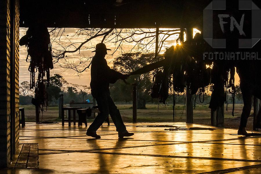 Pe&atilde;o pantaneiro trabalhando couro | Pantanal cowboy working leather<br /> <br /> LOCAL: Miranda, Mato Grosso do Sul, Brasil<br /> DATE: 07/2010<br /> &copy;Pal&ecirc; Zuppani