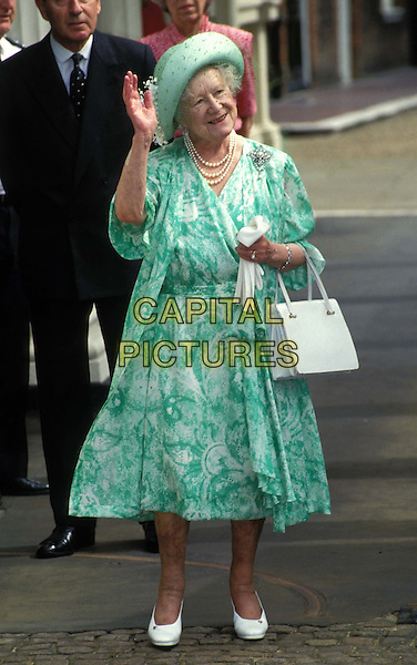 QUEEN MOTHER.Birthday, outside her home Clarence House.Ref: 109.waving, green, pearls, full length, full-length.*RAW SCAN - photo will be adjusted for publication*.www.capitalpictures.com.sales@capitalpictures.com.© Capital Pictures