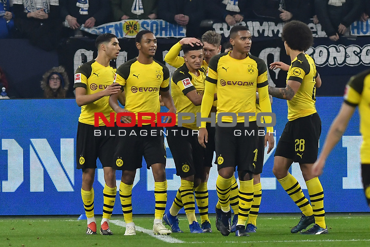 08.12.2018, Veltins-Arena, Gelsenkirchen, GER, 1. FBL, FC Schalke 04 vs. Borussia Dortmund, DFL regulations prohibit any use of photographs as image sequences and/or quasi-video<br /> <br /> im Bild die Mannschaft von Dortmund Jubel / Freude / Emotion / Torjubel / Torschuetze zum 1:2 Jadon Sancho (#7, Borussia Dortmund) <br /> <br /> Foto &copy; nordphoto/Mauelshagen