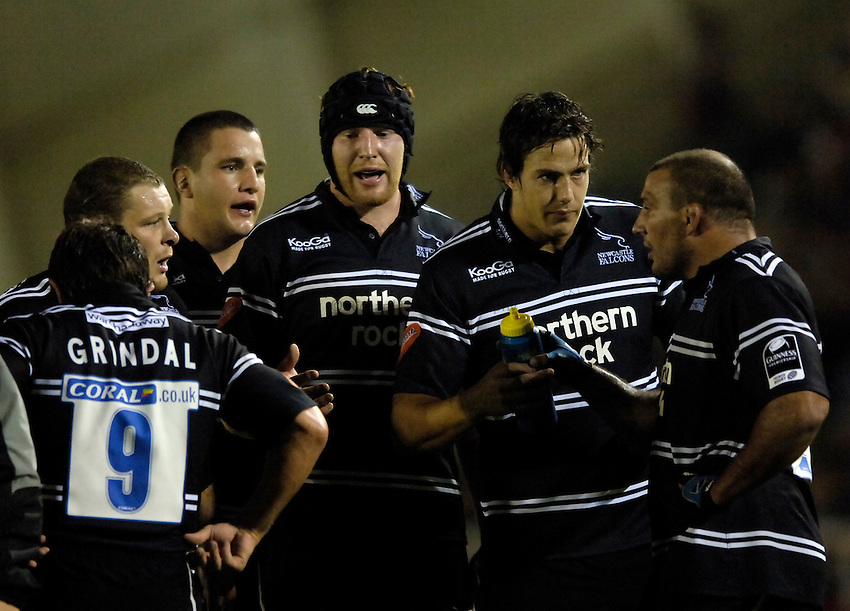 Photo: Jed Wee..Newcastle Falcons v London Irish. Guinness Premiership. 22/09/2006...Newcastle huddle, R to L: Andy Long, Mike McCarthy, Jason Oakes, Phil Dowson, Micky Ward.
