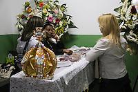 SAO PAULO, SP, 17/07/2013  - MORTE REI MOMO - Velorio  do enfermeiro Wagner Santos, o Rei Momo do Carnaval 2012 de São Paulo. De acordo com a Tom Maior, escola de samba da qual fazia parte, Wagner tinha 31 anos e lutava contra um câncer. O sambista estava internado havia duas semanas, ainda de acordo com a agremiação. 2012. Velorio na regiao leste da cidade de Sao Paulo nesta quarta-feira, 17- FOTO: VANESSA CARVALHO - BRAZIL PHOTO PRESS.