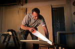 ZALTBOMMEL -  Bouwvakker hanteert zaag tijdens werk. COPYRIGHT TON BORSBOOM.