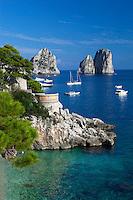 Italy, Campania, Capri: Faraglioni rocks from Marina Piccola   Italien, Kampanien, Provinz Neapel, Capri: Blick von der Marina Piccola zu den Faraglioni