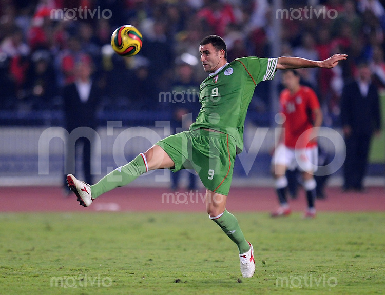 Fussball International   WM  2010  Qualifikation  Afrika  14.11.2009 Aegypten - Algerien Abdelkader GHEZZAL (ALG) am Ball