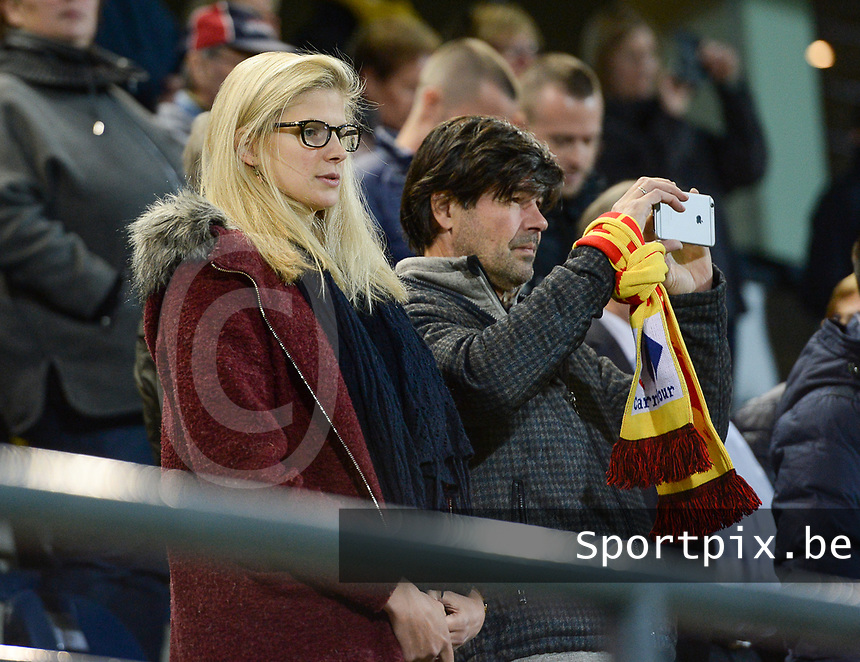 20171020 - LEUVEN , BELGIUM : Justine Vanhaevermaet pictured with her dad Filip Vanhaevermaet (r) during the female soccer game between the Belgian Red Flames and Romania , the second game in the qualificaton for the World Championship qualification round in group 6 for France 2019, Friday 20 th October 2017 at OHL Stadion Den Dreef in Leuven , Belgium. PHOTO SPORTPIX.BE | DAVID CATRY